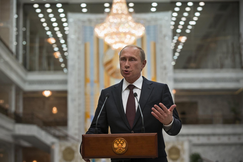 O presidente russo Vladimir Putin fala à imprensa em Minsk, hoje, na Bielorrússia