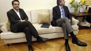 O líder da esquerda radical,  Alexis Tsipras (esq), em encontro com o líder conservador Antonis Samaras (dir) em Atenas.