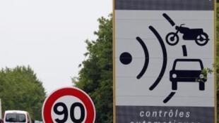 Cartazes como este, prevenindo a proximidade de um radar, devem desaparecer das estradas francesas.