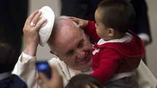 Papa Francisco recebeu crianças no Vaticano neste domingo.