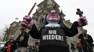 Casos de pedofilia envolvendo padres provocaram manifestações no mundo todo.