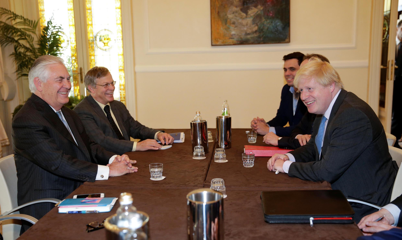 Waziri wa Mambo ya nje wa Marekani  Rex Tillerson na mwenzake wa Uingereza  Boris Johnson katika mkutamo wa G7 mjini Lucca nchini Italia APrili 11 2017