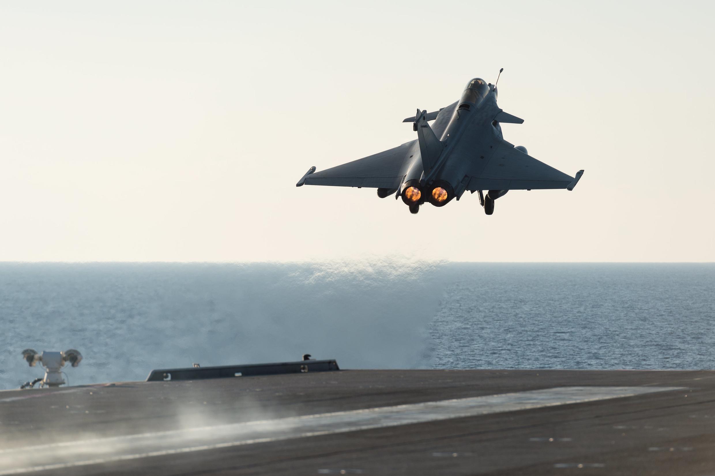 """Французский самолет Rafale вылетает с авианосца """"Шарль де Голль"""", 23 ноября 2015 г."""