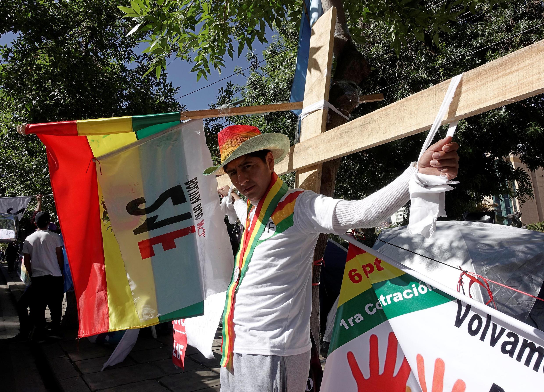 Boliviano protesta contra a candidatura de Evo Morales diante da sede do Tribunal Superior Eleitoral (TSE) em La Paz. 05/12/2018.