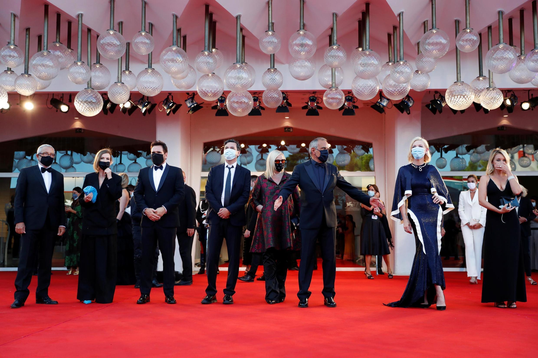 Alberto Barbera, directeur de la Mostra de Venise, accueillant Cate Blanchett, présidente du jury et les membres du jury pour la cérémonie d'ouverture de la 77e édition.