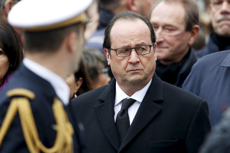Le président Hollande, le 10 janvier 2016, Place de la République à Paris lors d'une cérémonie d'hommage aux victimes des attentats de 2015.