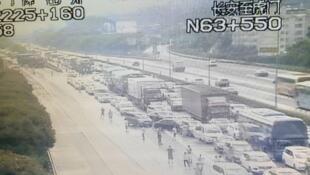 黃金周首日,多处公路严重挤塞至近乎瘫痪,司机乘客气得下车,徒叹奈何。