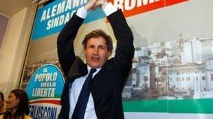 Gianni Alemanno, le maire de Rome entre 2008 et 2013, célèbrant sa victoire en 2008.