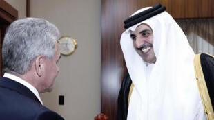 Le ministre russe de la Défense Sergueï Choïgou reçu par l'émir du Qatar cheikh Tamim ben Hamad Al-Thani, à Doha, le 25 octobre 2017.
