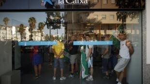 Espanhóis enfrentam quinta reestruturação do sistema bancário em três anos.