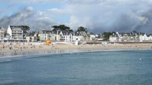 Vue d'une plage de Quiberon, en Bretagne.