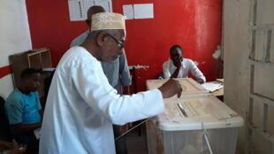 Un électeur vote aux Comores pour le premier tour de l'élection présidentielle, le 24 mars 2019 (photo d'illustration).