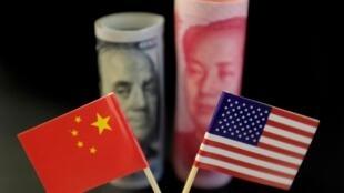 Cờ Trung Quốc và Mỹ đặt trước Đô la Mỹ và Nhân dân tệ Trung Quốc. Ảnh minh họa ngày 20/05/2019.