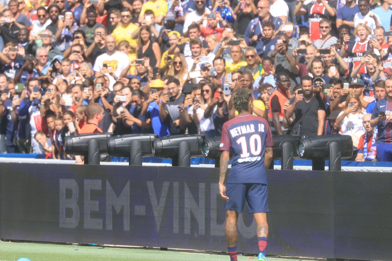 Neymar deu a volta para saudar os torcedores nas arquibancadas do Parc des Princes. 05.08.17