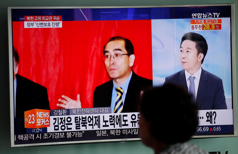 Ông Thae Yong Ho, nhà ngoại giao Bắc Triều Tiên tại Luân Đôn đã cùng gia đình đào thoát, xuất hiện trên truyền hình Hàn Quốc ngày 18/08/2016.