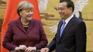 10月29日,德國總理默克爾與中國總理李克強在人民大會堂門前舉行歡迎儀式後交談
