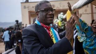 Mshindi wa Tuzo ya Amani ya Nobel, Denis Mukwege, akipokelewa na umati wa watu mjini Bukavu, Desemba 27, 2018.