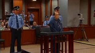 Cựu bộ trưởng Đường sắt Trung Quốc Lưu Chí Quân ra tòa tại Bắc Kinh vì tội tham nhũng. Ảnh chụp qua truyền hình ngày 09/06/2013.