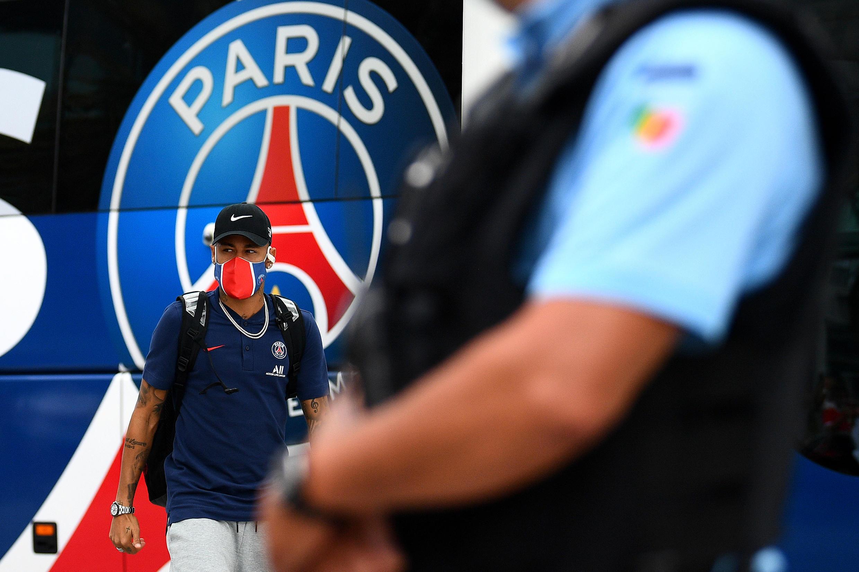 O jogador do PSG Neymar chega a seu hotel em Lisboa