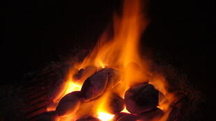 Du charbon incandescent.