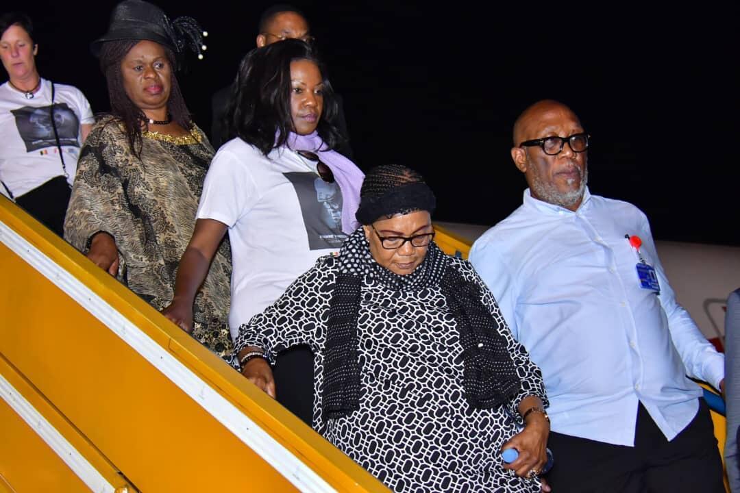 «Maman Marthe», veuve d'Étienne Tshisekedi et mère de Félix Tshisekedi, à sa descente de l'avion à Kinshasa.