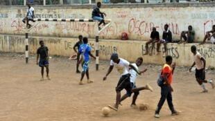 Thiếu niên Guinea Xích Đạo chơi bóng. Ảnh chụp tháng 1/2012.