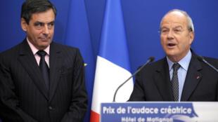 François Fillon (kushoto) karibu na Marc Ladreit de Lacharrière (kulia), akimkopa EUR 50 000 mwaka 2013 (picha ya zamani).