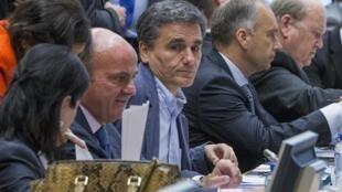 Tân bộ trưởng Tài chính Hy Lạp Euclid Tsakalotos ( giữa ) họp với các đồng nhiệm châu Âu tại Bruxelles ngày 07/07/2015.