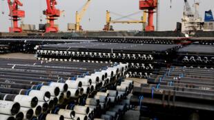 Ống thép chuẩn bị được xuất khẩu từ một cảng ở Liên Vân Cảng, tỉnh Giang Tô (Trung Quốc). Ảnh chụp ngày 08/12/2018.