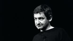 Pierre Desproges au Théâtre Fontaine à Paris, en 1984.