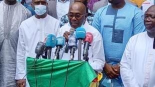 Le coordinateur national du FNDC, Abdourahmane Sano, lit la déclaration portant sur l'exclusion des partis qui ont choisi de participer à l'élection présidentielle.