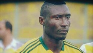 O jogador camaronês Albert Ebossé morreu na Argélia após ser atingido por projétil lançado das arquibancadas.
