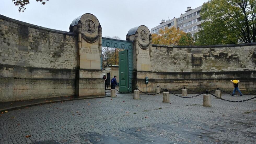 Entrada principal do cemitério Père Lachaise, situado no 20° distrito da capital