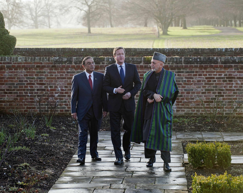 Asif Ali Zardari (g), David Cameron et Hamid Karzaï, ce lundi 4 février, dans les jardins du manoir de Chequers où se tenait le sommet tripartite.