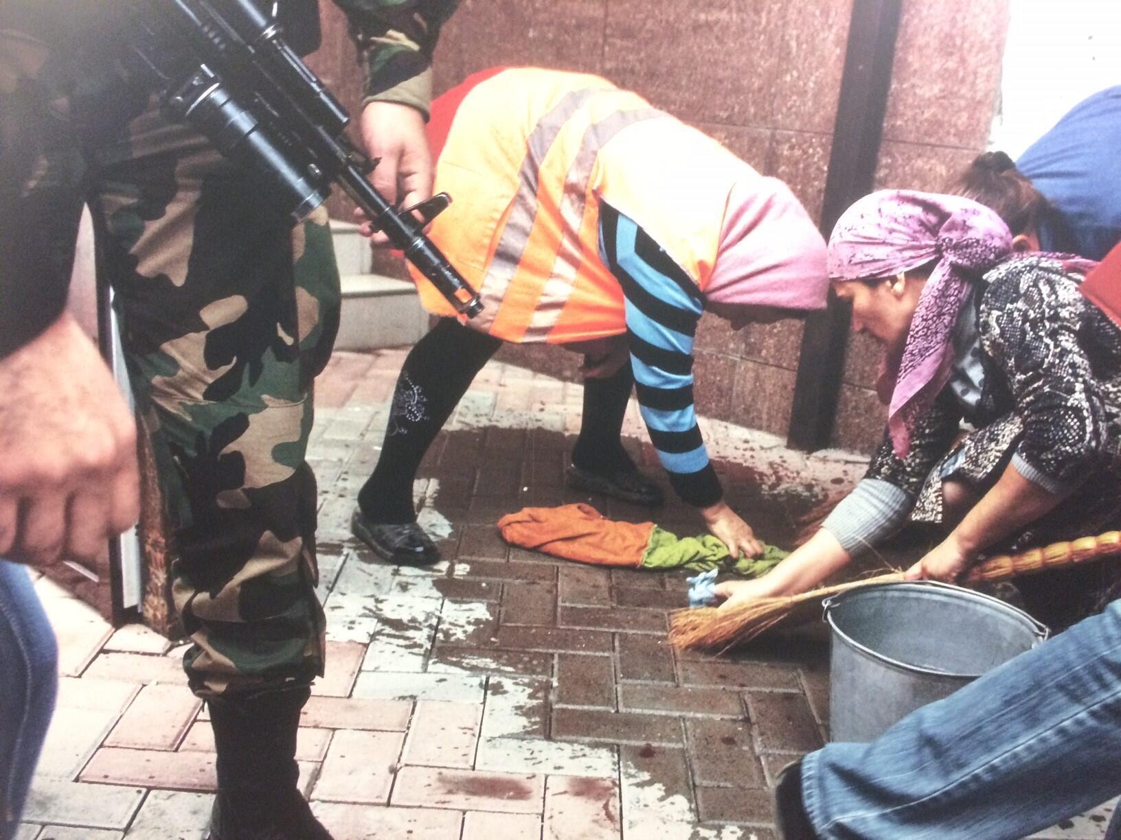 La série de photos est un travail collectif signé par trois jeunes femmes photographes russes. Ici, devant le Parlement tchétchène, après l'attentat terroriste du 9 octobre 2010.