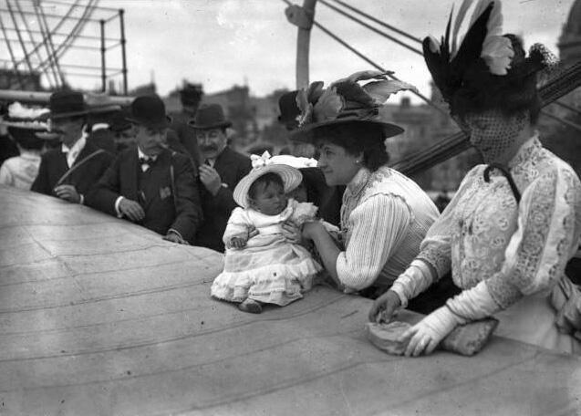 Madame Charcot y su bebé a bordo del Pourquoi Pas, 15 de agosto de 1908, justo antes de zarpar del puerto del Havre en la segunda expedición rumbo a la Antártida.