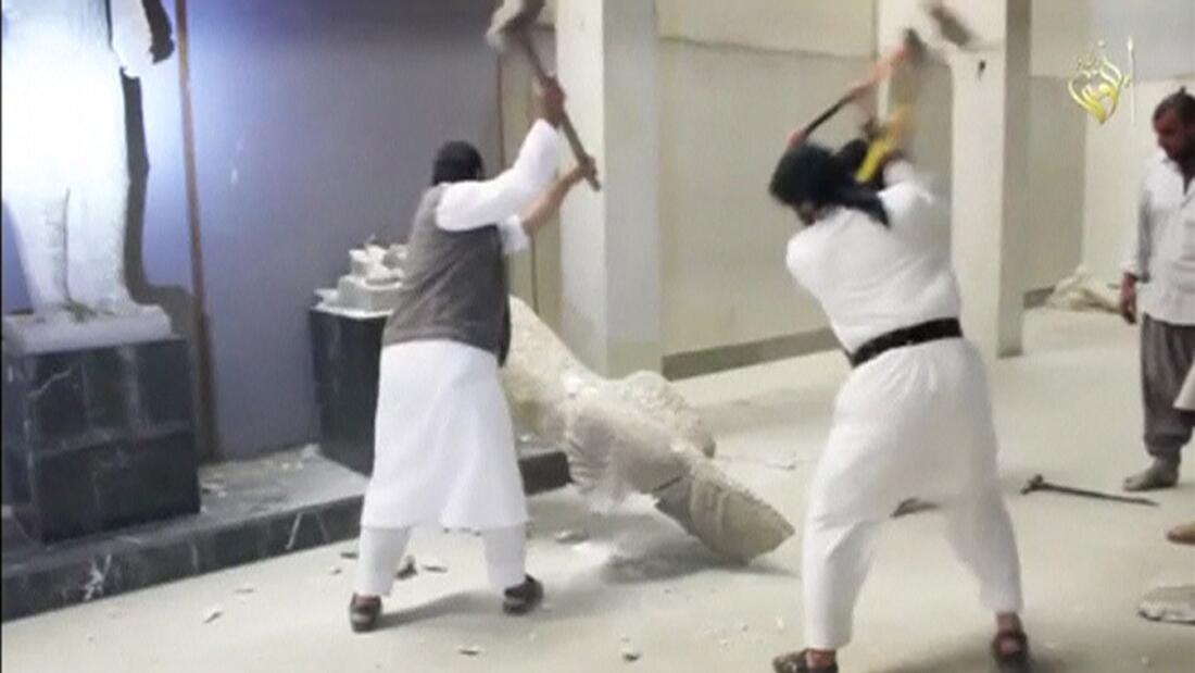 Hình ảnh quân IS đập phá bảo tàng Mossoul được tung lên mạng hôm 26/2/2015 đã gây phẫn nộ cả thế giới.