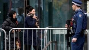 Les familles des victimes de la tuerie de Christchurch arrivent au tribunal ce lundi.