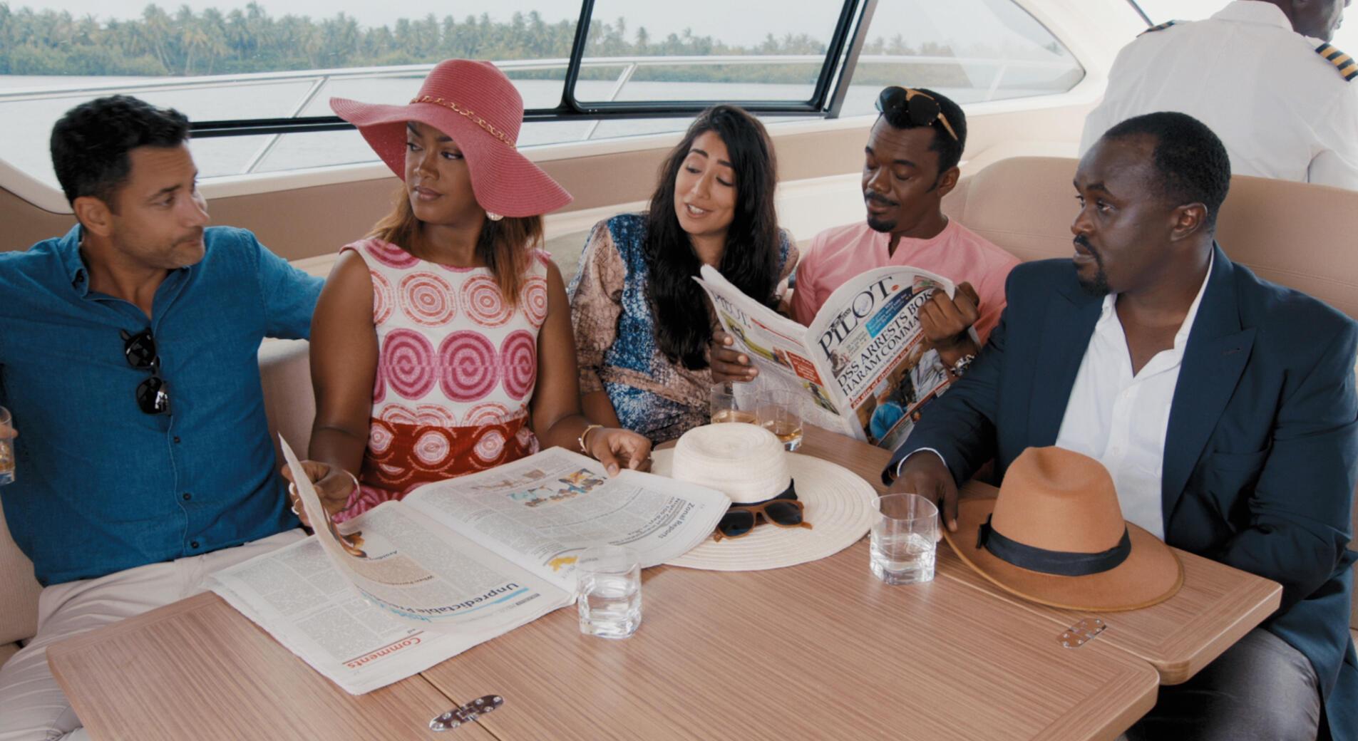 L'acteur Wale Ojo feuillette le journal dans « The CEO », un film panafricain réalisé par le Nigérian Kunle Afolayan.