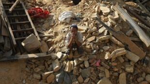 尼泊尔灾民。