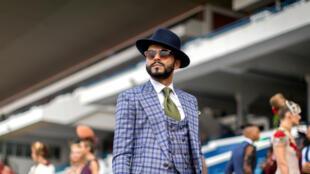 Un spectateur à l'hippodrome de Durban, en Afrique du Sud, lors de la présentation de tenues de mode de créateurs locaux.