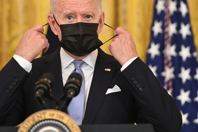 El presidente de Estados Unidos, Joe Biden, se quita la máscara antes de un discurso en Washington el 29 de julio de 2021