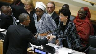 Barack Obama serrant la main de Margareth Chan, la directrice de l'OMS à l'ONU, le 25 septembre 2014.