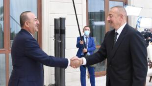 El Presidente de Azerbaiyán Ilham Aliyev se reúne con el Ministro de Relaciones Exteriores de Turquía, Mevlut Cavusoglu, en Bakú el 6 de octubre de 2020.