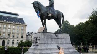 Une statue de l'ancien roi des Belges Léopold II prise pour cible à Bruxelles, Belgique, le 7 juin 2020.