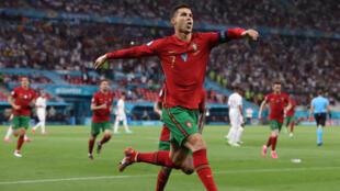 El delantero portugués Cristiano Ronaldo celebra tras anotar un segundo penalti durante el partido del Grupo F de la EURO 2020 ante Francia en el estadio Puskas Arena de Budapest, el 23 de junio de 2021.