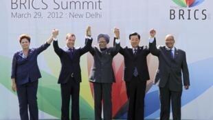 Los mandatarios Dilma Rousseff (Brasil), Dmitri Medvedev (Russia), Manmohan Singh (India), Hu Jintao (China) y Jacob Zuma (África del Sur), el 29 de marzo de 2012 en Nueva Delhi, India.