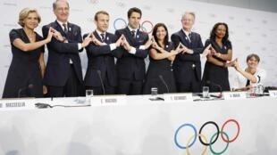 Os representantes da delegação francesa Paris 2024, liderada pelo presidente francês Emmanuel Macron, na sede do COI, em Lausanne, na terça-feira (11).