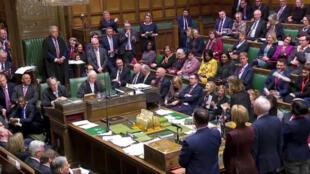 L'amendement proposé par la députée conservatrice Caroline Spelman pour exclure une sortie de l'Union européenne sans accord a été adopté par 318 voix contre 310.