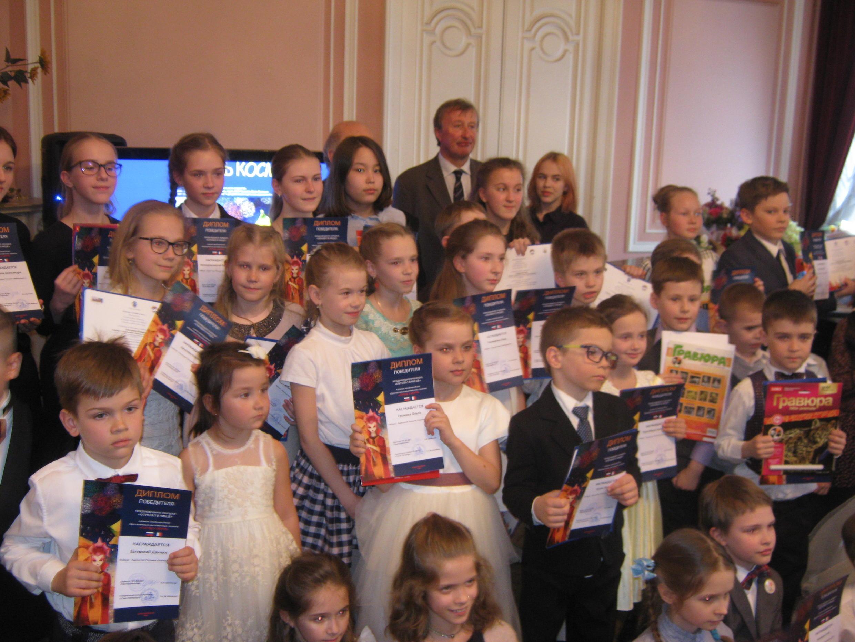 Петербургские участники выставки со своими дипломами